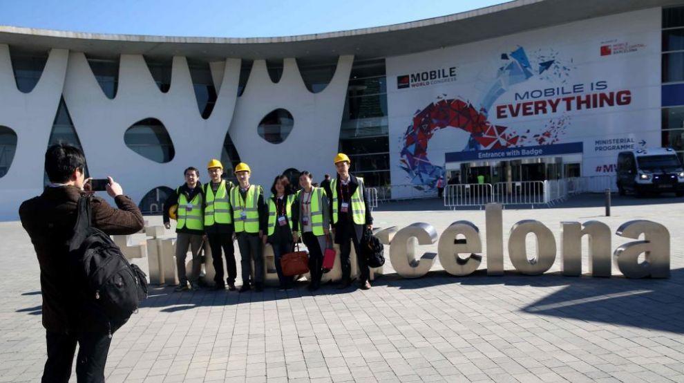 Unos congresistas se fotografían ante la Feria de Barcelona, que...