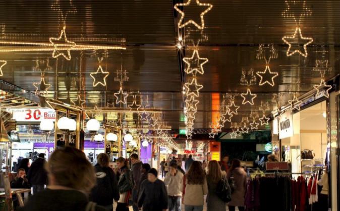 Locales y turistas caminan por el Europacenter de Berlín, Alemania,...