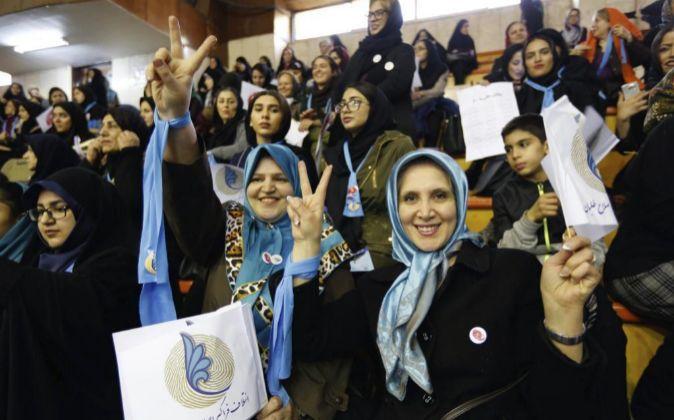 Seguidoras del partido reformista iraní asisten a un acto electoral...
