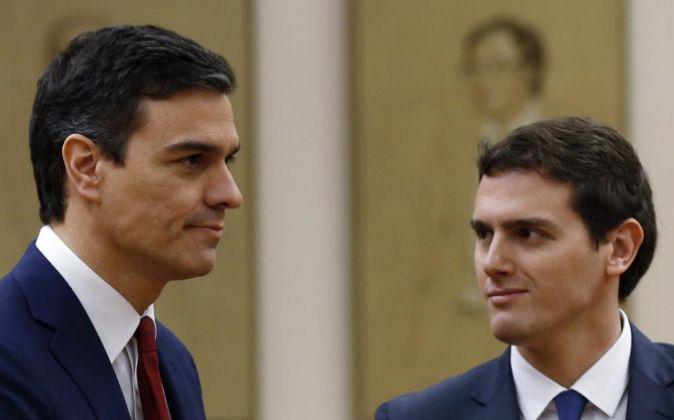 El secretario general del PSOE, Pedro Sánchez (i), y el presidente de...