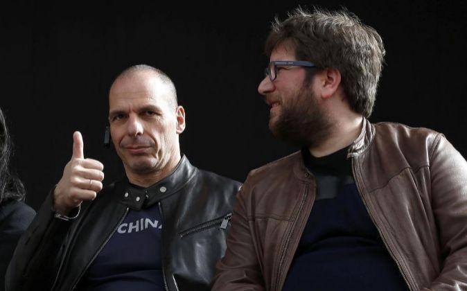 El exministro de Finanzas de Grecia Yanis Varoufakis (i), acompañado...