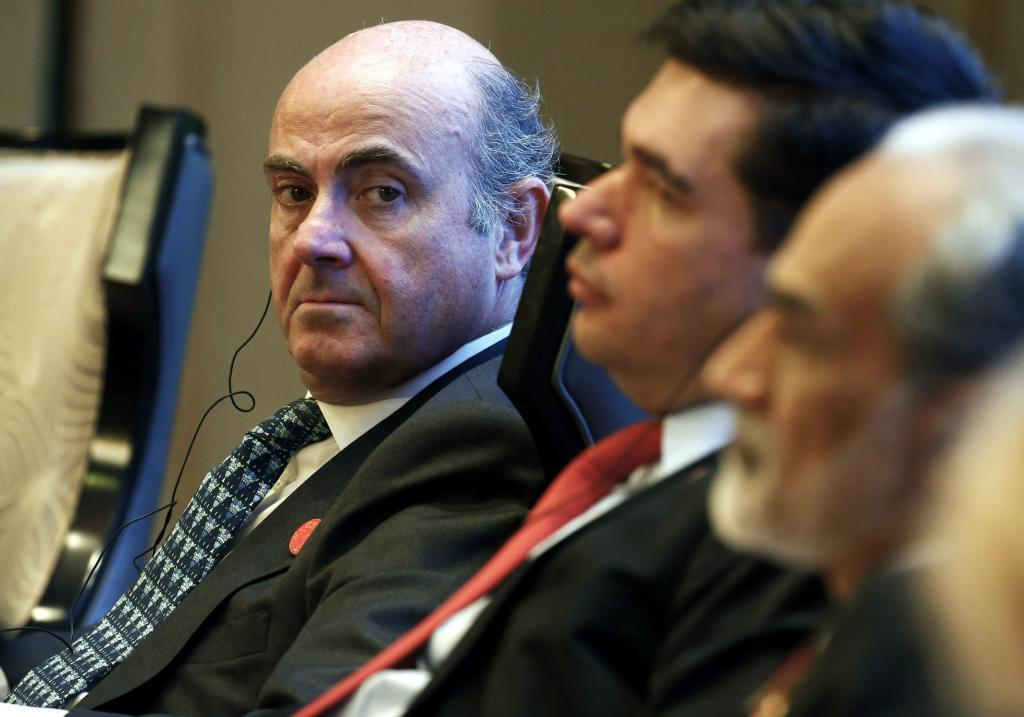 El ministro de Economía, Luis de Guindos (izda), y el subsecretario...