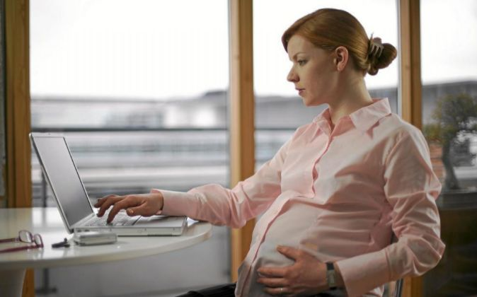 Una mujer embarazada, en el trabajo.