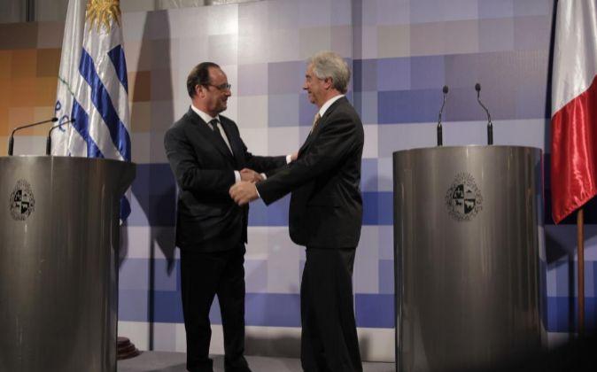 El presidente de Francia François Hollande (i) saluda a su homólogo...