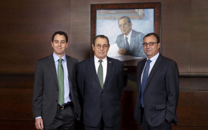 Víctor Grifols Roura, en el centro, rodeado por sus sucesores.