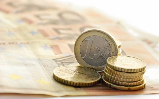 Billetes de 50 euros y monedas de euro y céntimo.