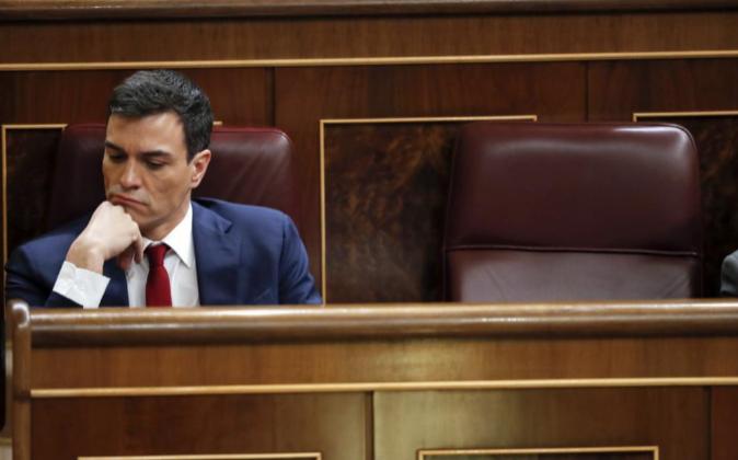 El secretario general del PSOE, Pedro Sánchez, en su escaño durante...