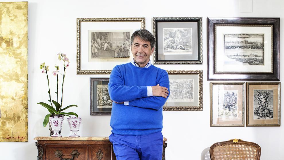 El escritor, 64 años, en su casa de Sitges (Barcelona) repleta de...