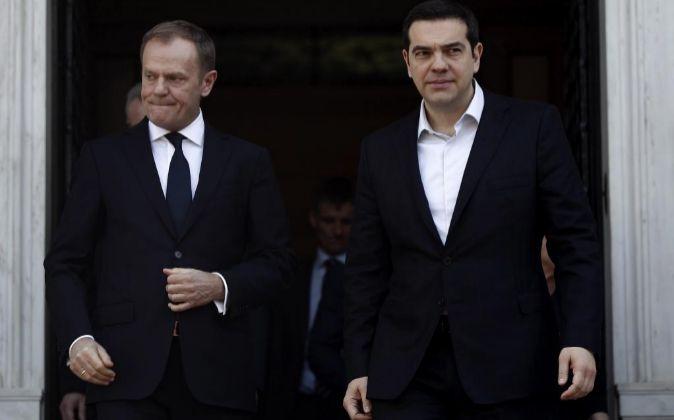 El primer ministro griego, Alexis Tsipras (d), y el presidente del...