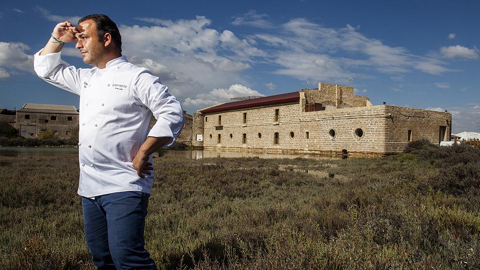 Ángel León con su restaurante de fondo.