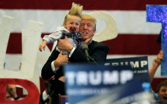 Donald Trump, con un niño de veinte meses durante un mitin en Nueva...