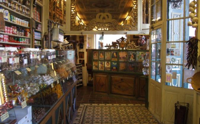 Interior de la tienda Ultramarinos La Confianza