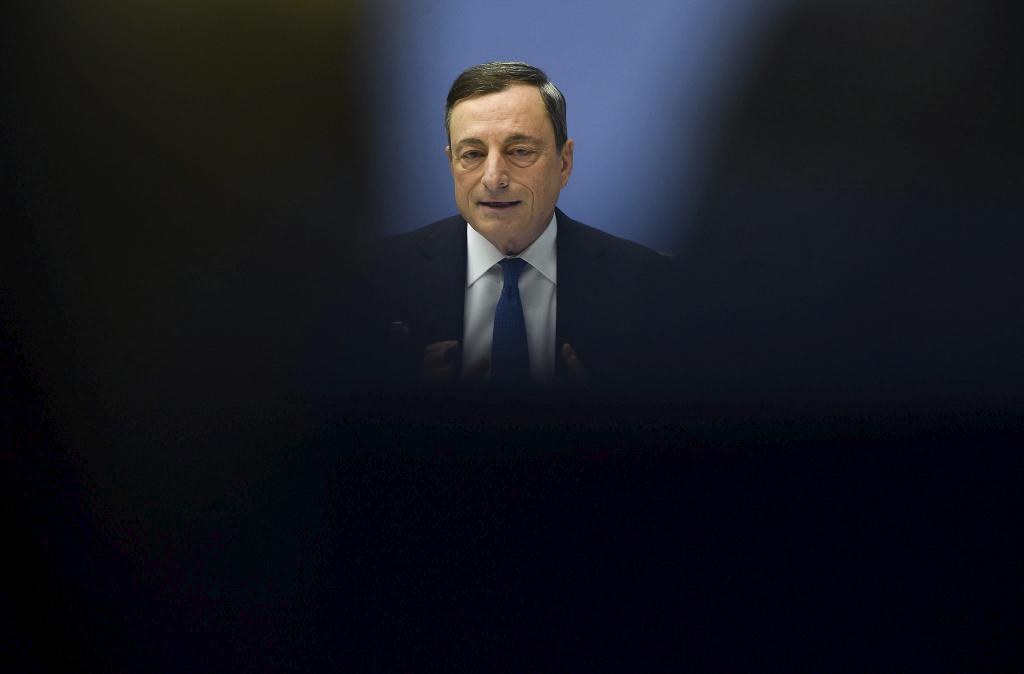 El presidente del Banco Central Europeo (BCE), Mario Draghi, da una...