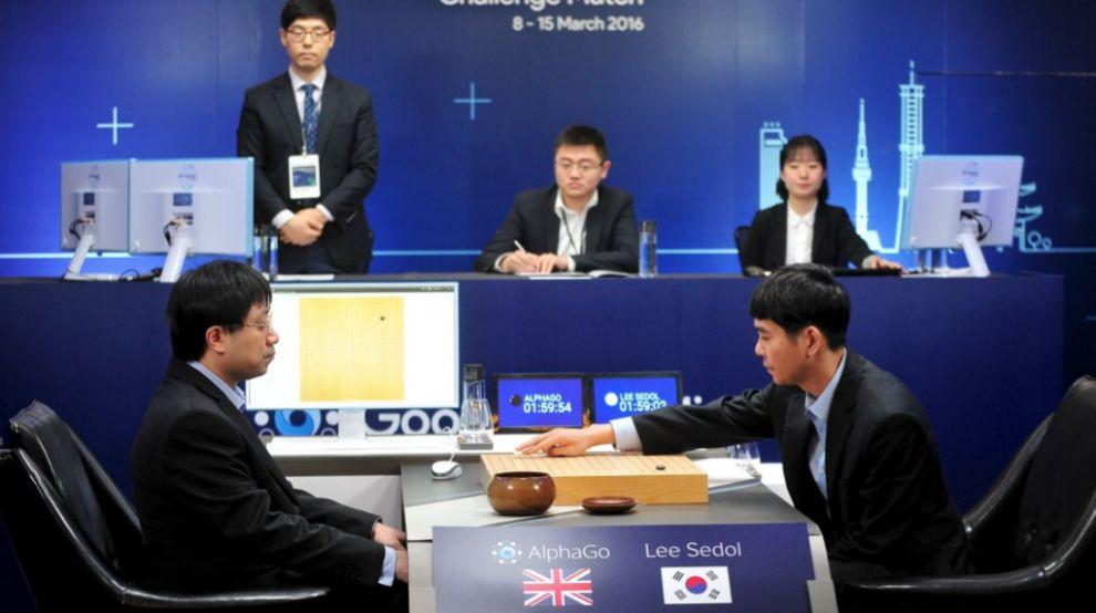 El coreano Lee Se-dol jugando contra una de las cinco partidas que...