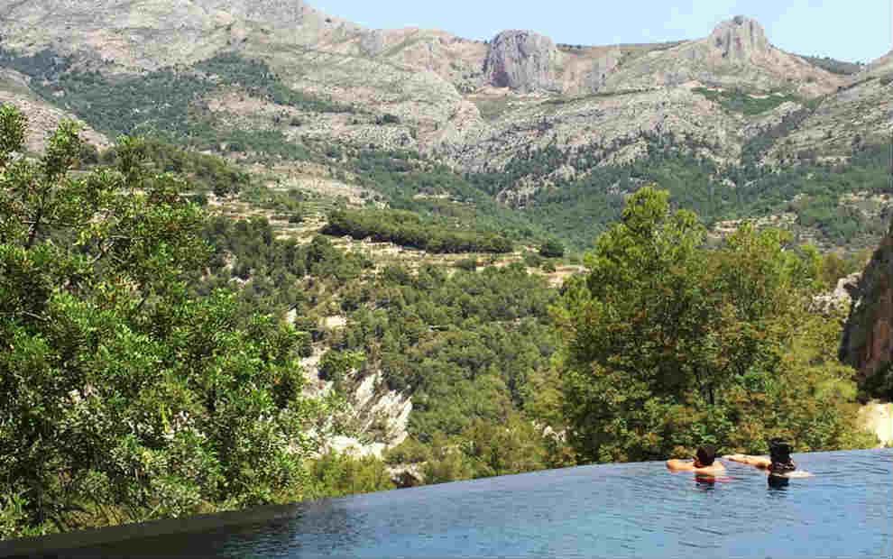 Piscina infinita en plena naturaleza con vistas al valle de Guadalest,...