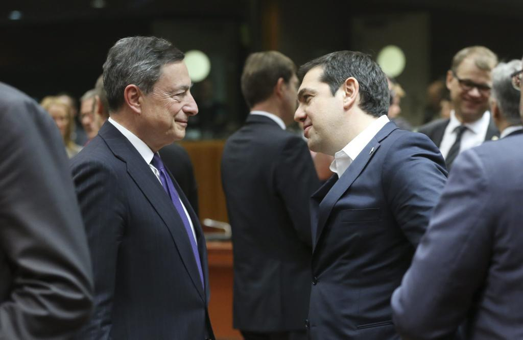 El presidente del Banco Central Europeo (BCE), Mario Draghi (i), y el...
