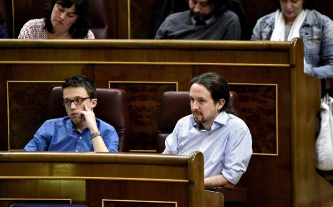 El líder de Podemos, Pablo Iglesias (d) y el secretario político de...