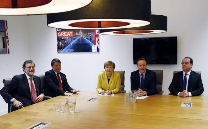 El presidente del Gobierno español en funciones, Mariano Rajoy; el...