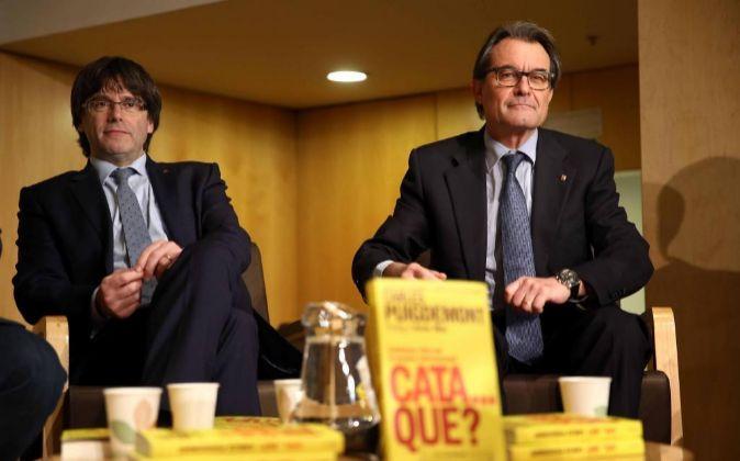 El presidente de la Generalitat, Carles Puigdemont (i), junto al ex...