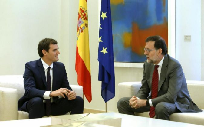 El presidente del Gobierno en funciones, Mariano Rajoy, junto al...