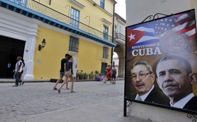 Barack Obama con Raúl Castro, en un cartel de bienvenida ayer en La...