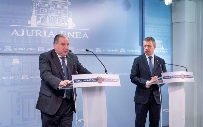Larrañaga (izquierda) y el lehendakari, tras su reunión este lunes.