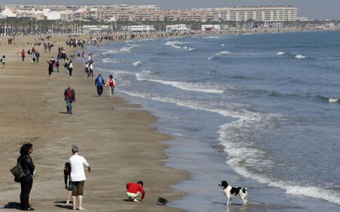 Cientos de personas en la playa de la Malvarrosa.