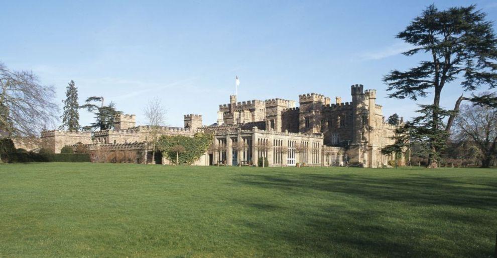 Vista de la fachada  de la mansión Hampton Court.