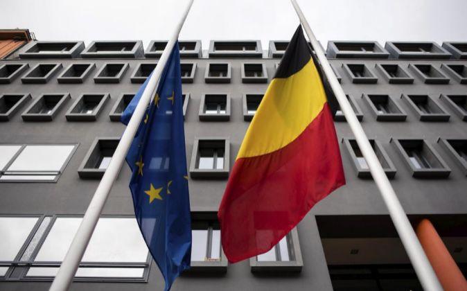 Vista de la bandera alemana y la europea a media hasta en la embajada...