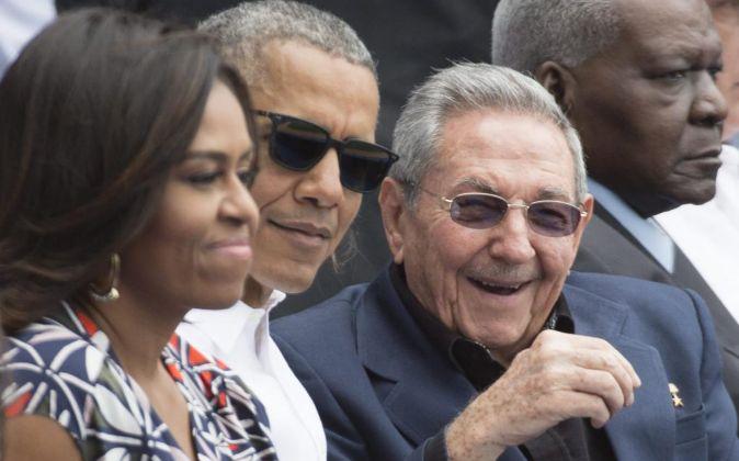Michelle y Barack Obama junto a Raúl Castro durante su visita a Cuba.