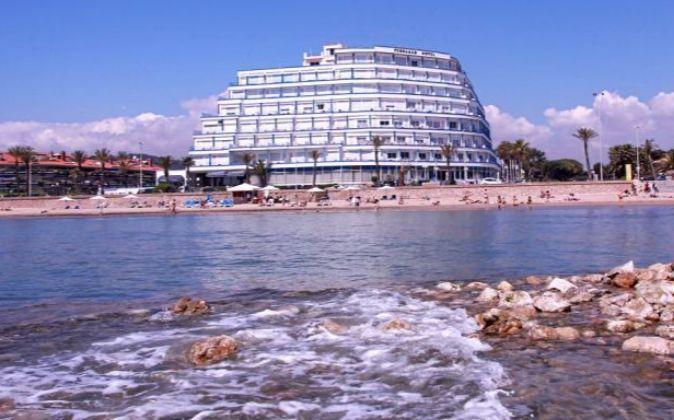 El Hotel Terramar está situado en primera línea de mar, al sur del...