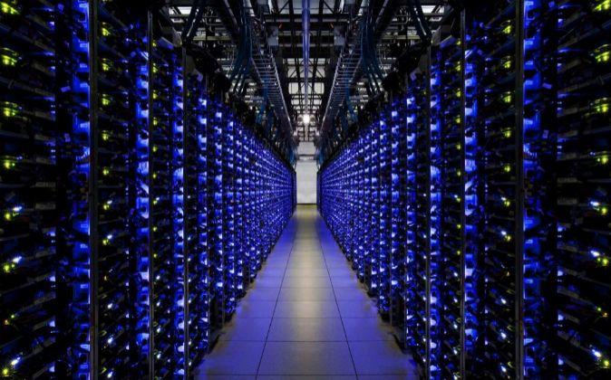 Fotografía cedida que muestra uno de los centros de datos del gigante...