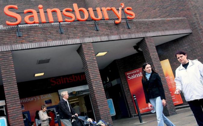 Acceso a uno de los supermercados Sainsbury's.