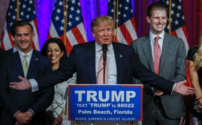 El magnate inmobiliario Donald Trump (c).