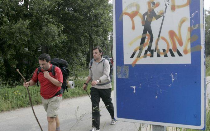 Senderistas recorren el Camino de Santiago