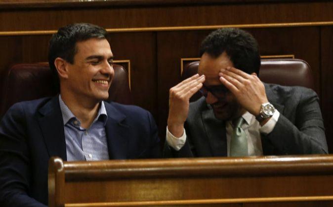 El secretario general del PSOE, Pedro Sánchez (i), junto a Antonio...