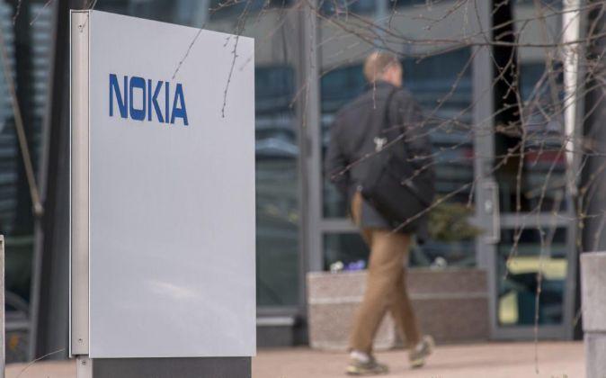 Logo de Nokia en la entrada de la sede de la compañía en Espoo...