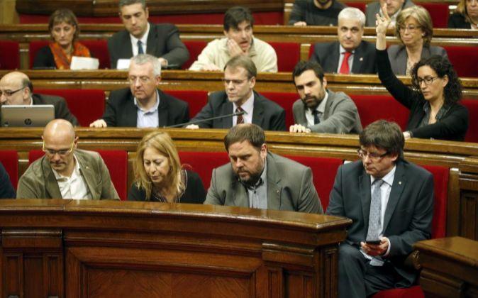 El presidente de la Generalitat, Carles Puigdemont (d), el...