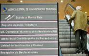 Un jubilado sube las escaleras de la delegación de la Agencia...