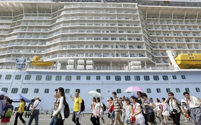 Turistas chinos desembarcan de un crucero. Archivo.