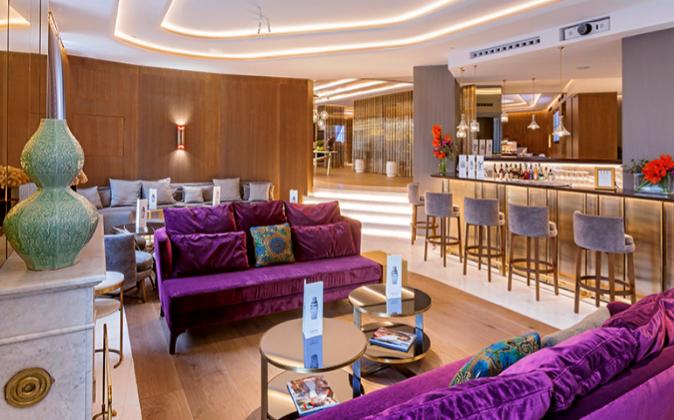 El hotel dispone también de un elegante bar B-Lounge.