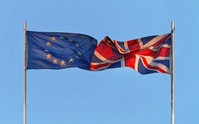 Bandera de la UE y de Reino Unido.