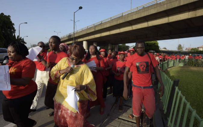 Miembros de Bring Back Our Girls participan en una marcha en Lagos,...