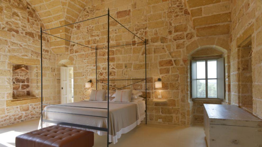 Una de las nueve suites de piedra y techos altos y abovedados.