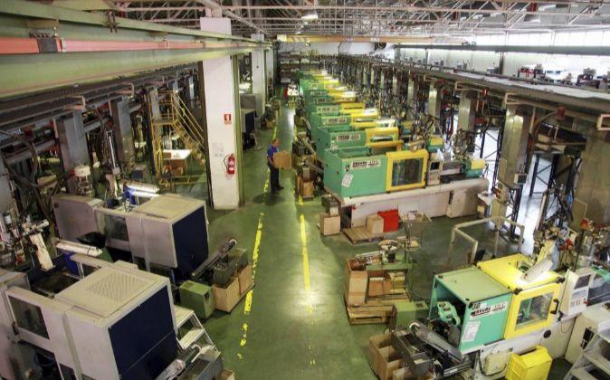 Un operario en la fábrica de Inoxcrom en Sant Andreu.