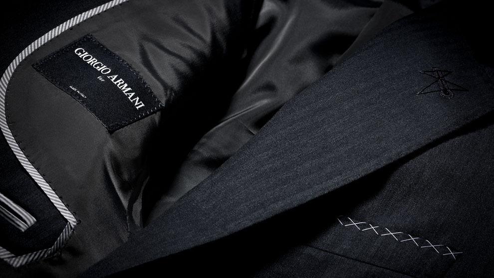 Etiqueta de un chaqueta a medida donde figura el nombre del...