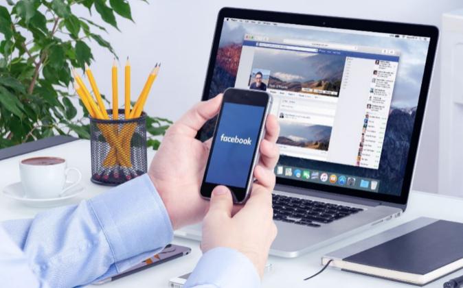 Empleado conectándose a Facebook