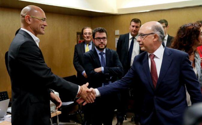 El ministro de Hacienda en funciones, Cristóbal Montoro saluda al...