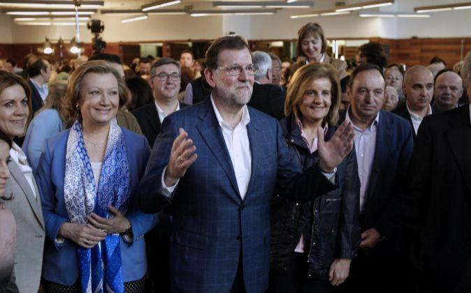 El jefe del Ejecutivo en funciones y presidente del PP, Mariano Rajoy,...