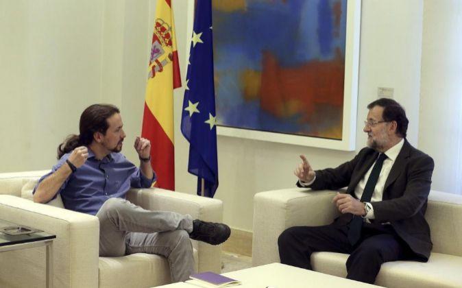 El presidente del Gobierno en funciones, Mariano Rajoy (d), y el...